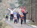 Laufgruppe im Wald bei der Übung Strecksprung
